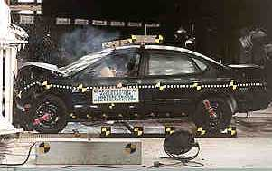 NCAP 1999 Ford Taurus front crash test photo