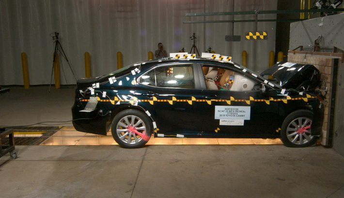 NCAP 2018 Toyota Camry front crash test photo